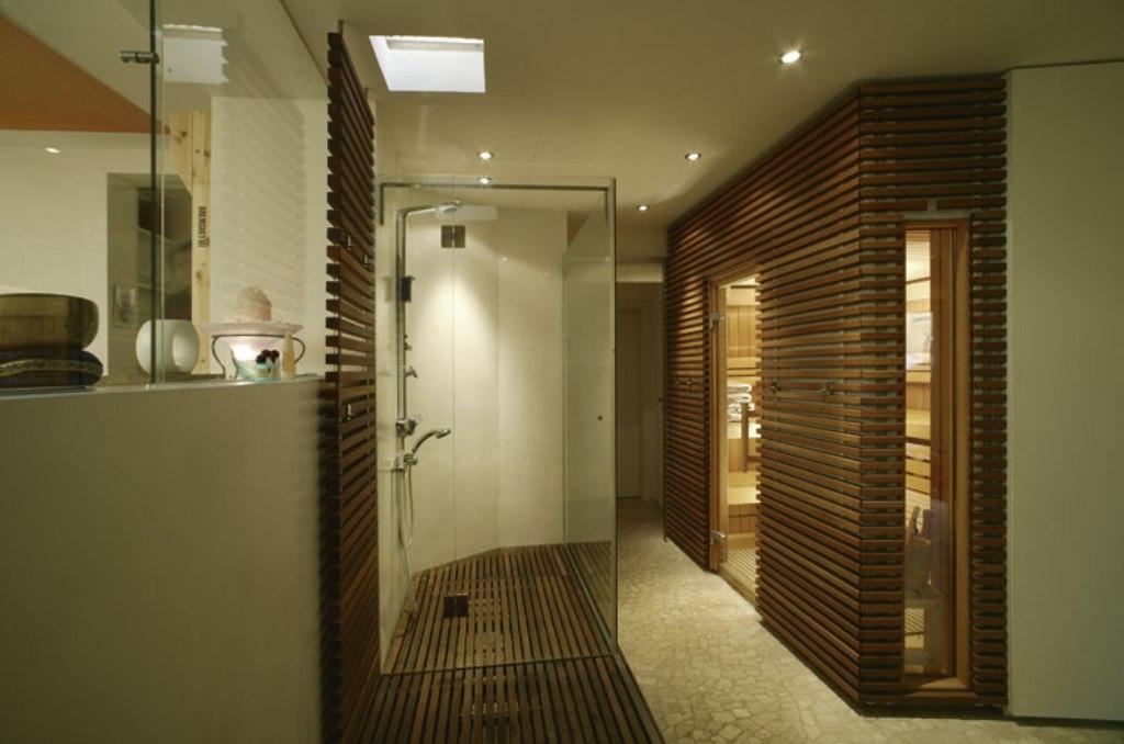badezimmer mit sauna natrliche werkstoffe wie holz licht und farbenspiel runden das ganze ab. Black Bedroom Furniture Sets. Home Design Ideas